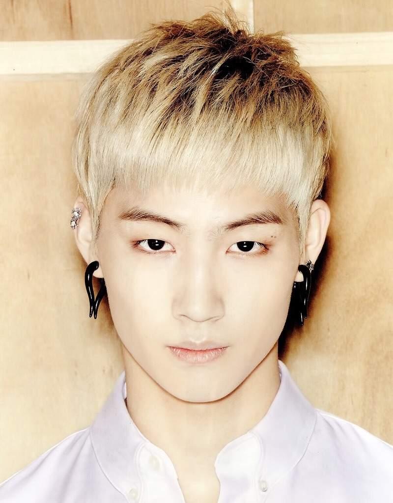 K-Pop Idols With Helix Piercing!😍 | K-Pop Amino Ear Piercings
