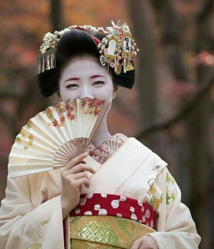 "history of geishas Geisha means ""artist"", a geisha is a woman that a man can hire to make him   geishas are symbols of history and sensuality at the same time, but behind those ."