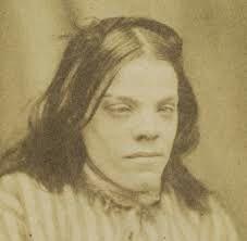 Rhoda Derry antes de ser poseída por un demonio