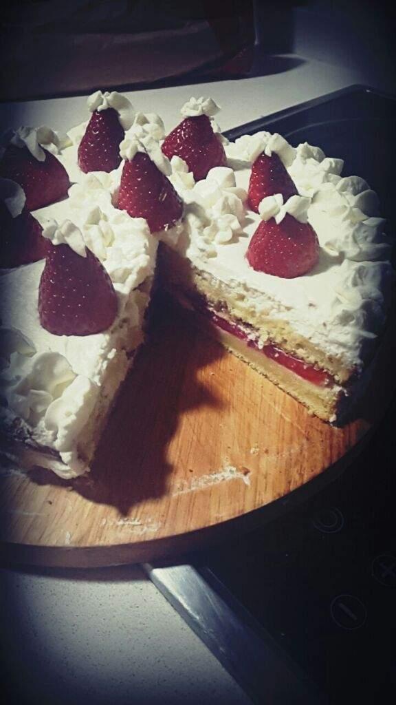 Casi se me olvida esta maravillosa tarta rellena de nata y fresas🎂🍓  312619ecef1