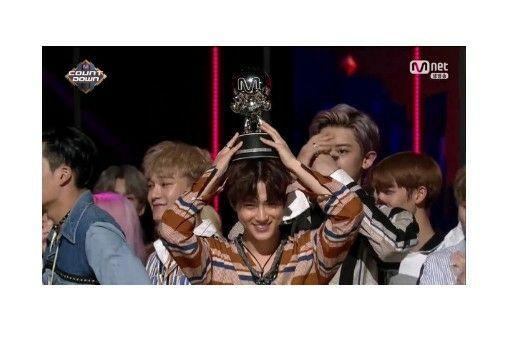 EXO TRENDING TOPIC ON TWITTER + 10TH WIN