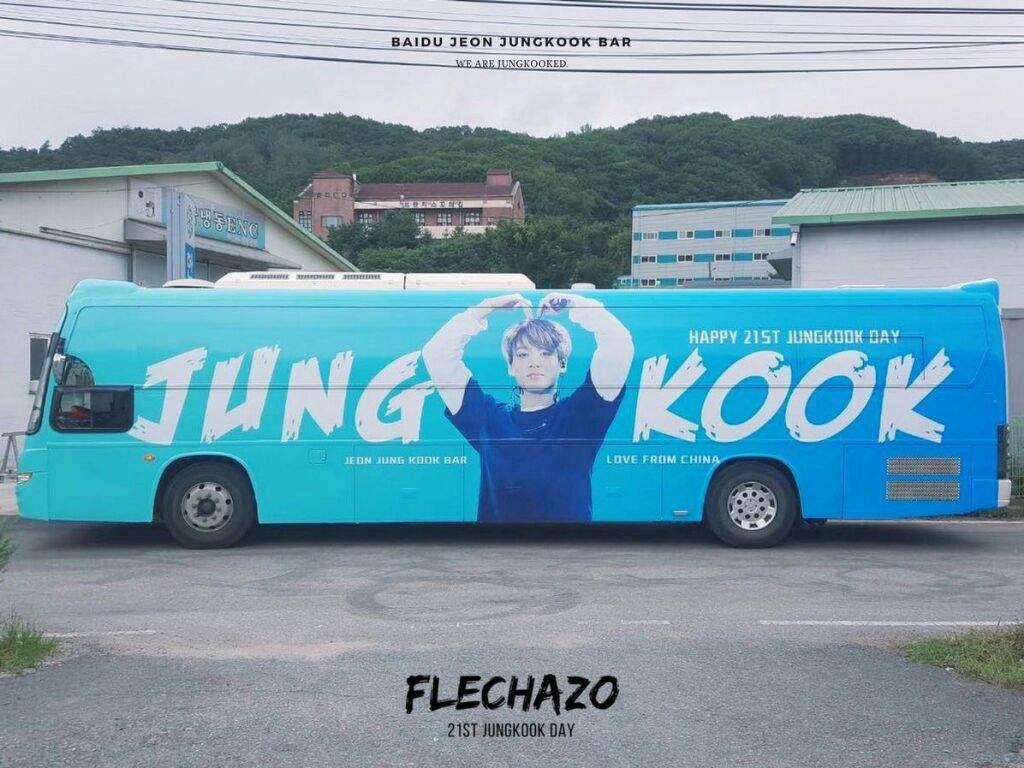 Bus bergambar dan bertuliskan nama Jungkook