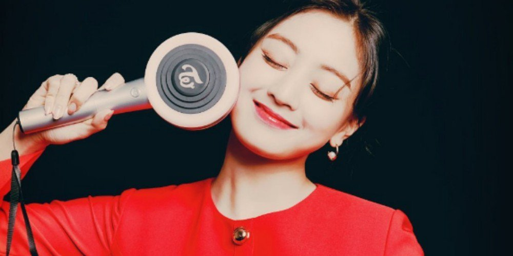 TWICE's Jihyo flashes an adorable smile with the new