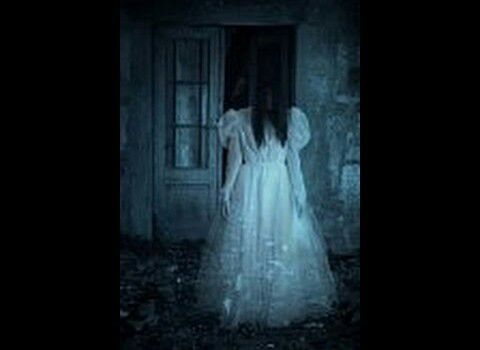 Mujer vestida de blanco miedo
