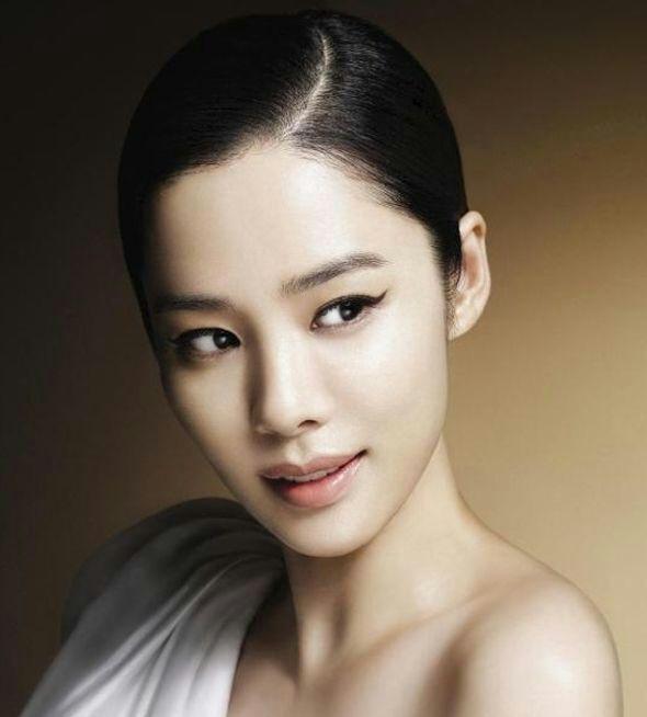 Ella es mejor conocida por su papel en el drama de televisión de cristal  Zapatillas (2002) 01dfef58c77f