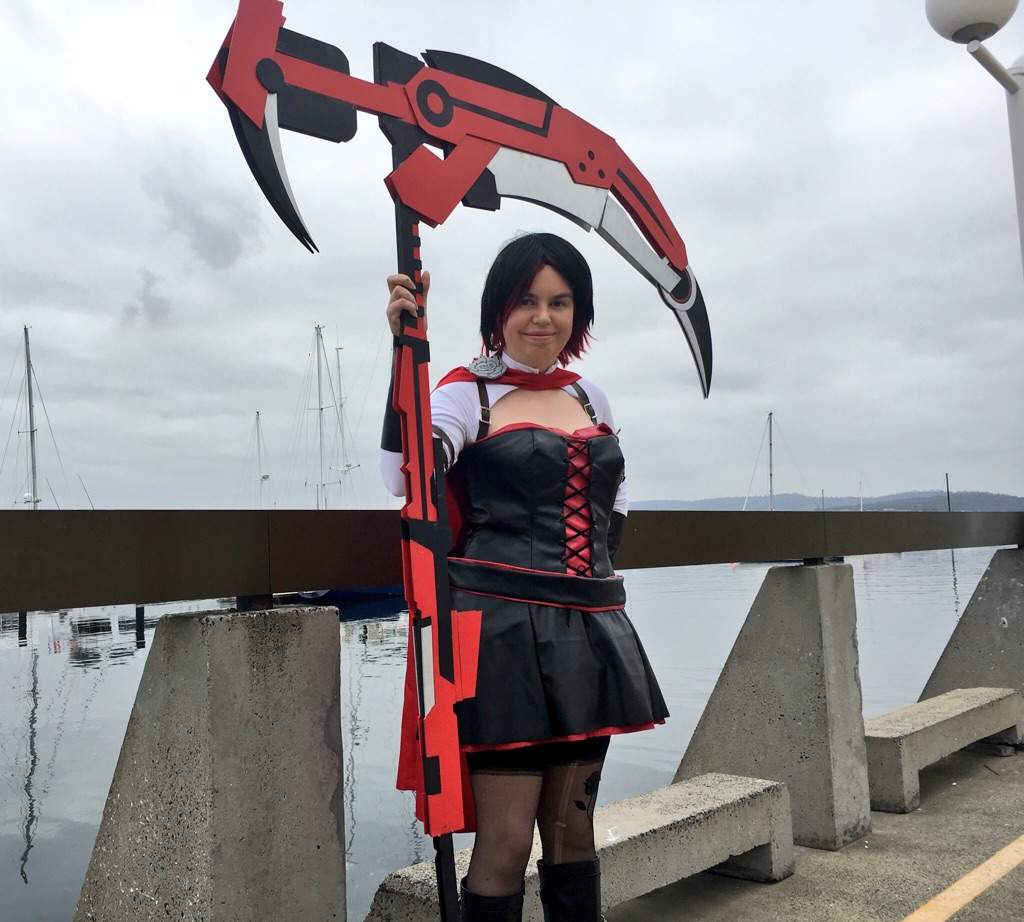 Ruby Rose Time Skip Cosplay With Crescent Rose Rwby Amino