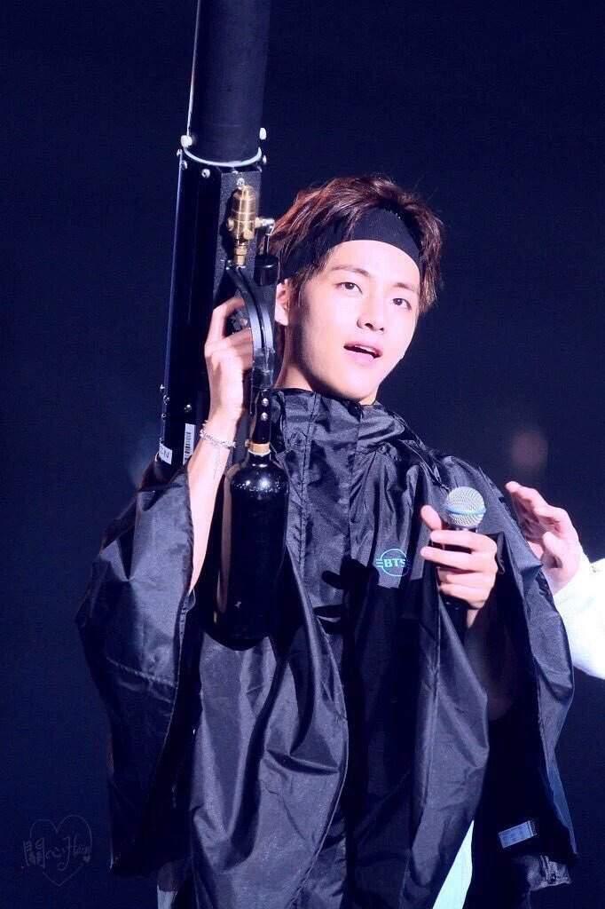 fcb977dbb4f Taehyung wearing a headband