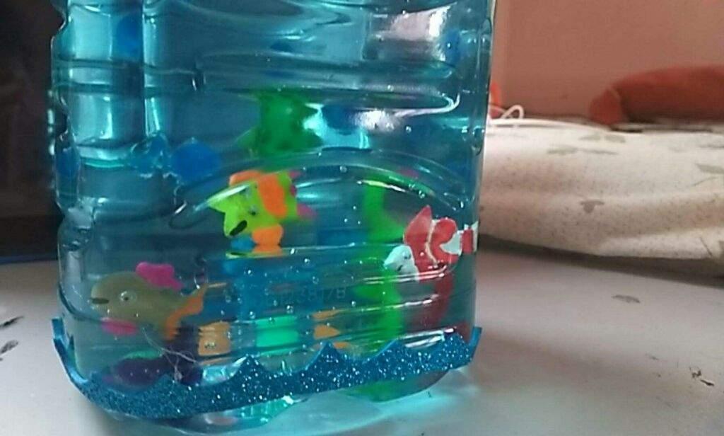 Pecera con botellas debplastico manualidades amino - Como pintar botellas de plastico ...