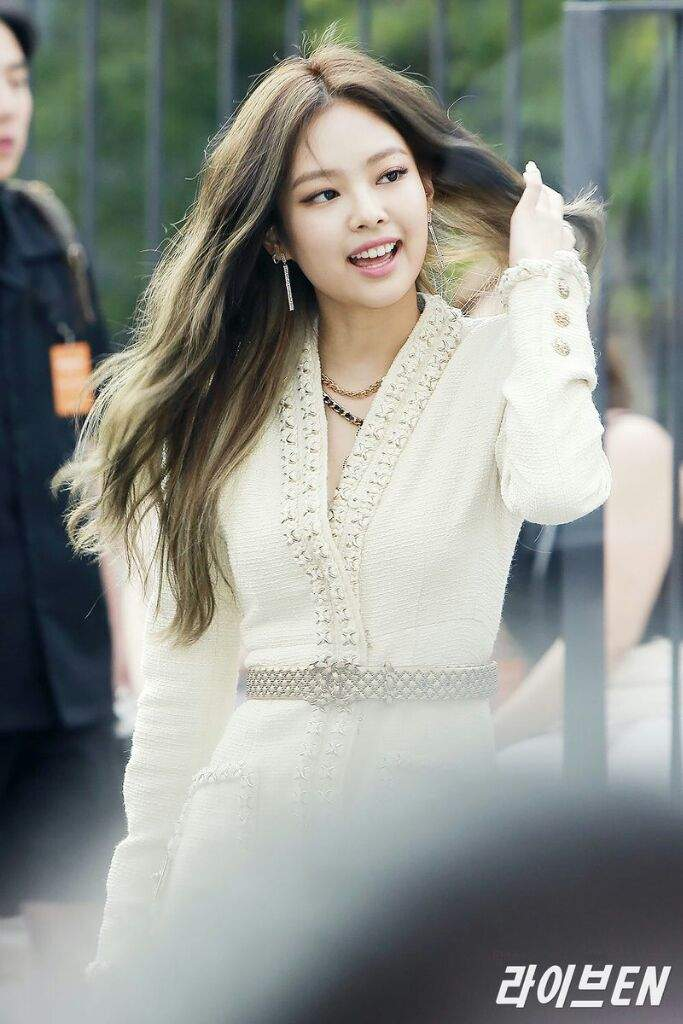 Jennie at Chanel's Mademoiselle Privé Exhibition Event | BLINK (블링크) Amino