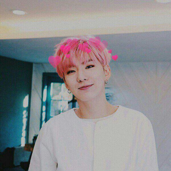Кихён с розовыми волосами