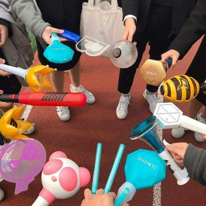 """Os bastões de luz ou """"lanterninhas"""" são itens sempre presentes nos shows de  K-pop. Cada fandom importante tem sua própria cor oficial bd0f53ba6b5"""