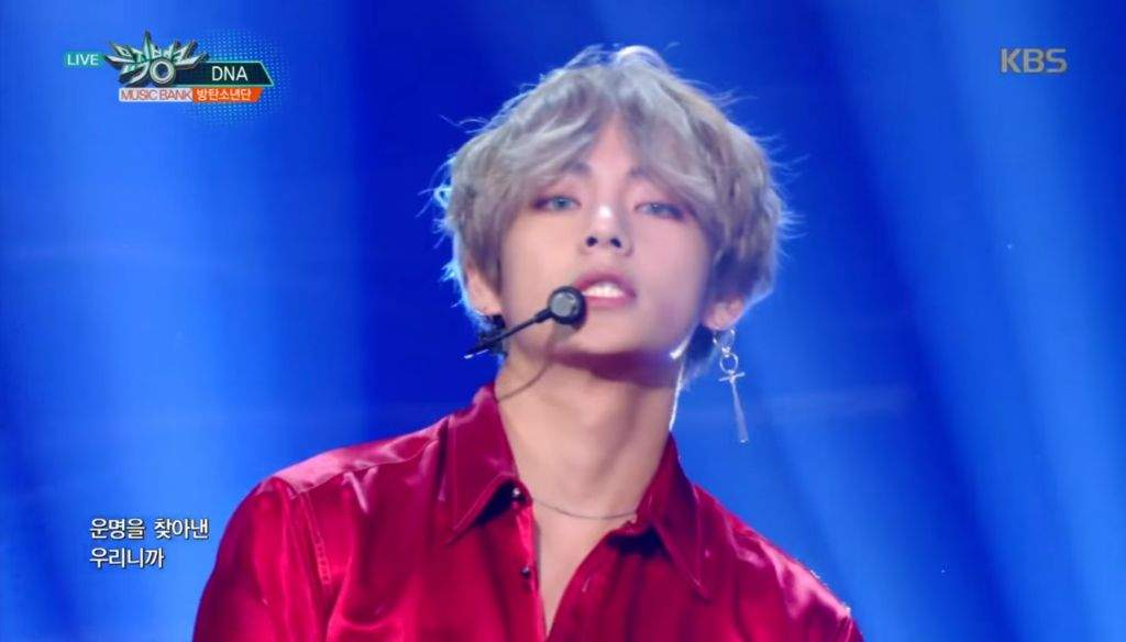 Kim Taehyung Screenshots from DNA live stage 🌷 | ARMY's Amino