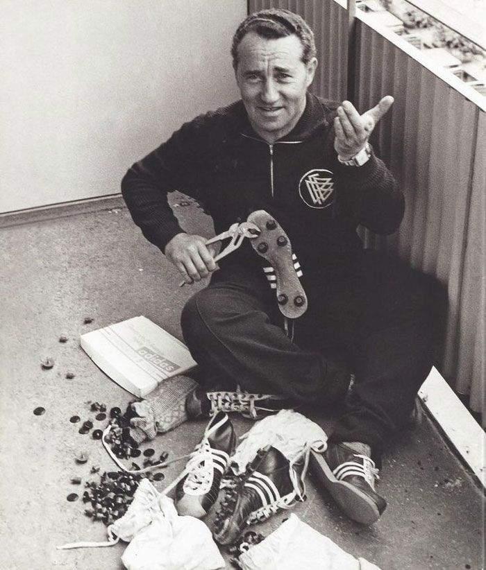 """6202f876a وعندما تم تنظيم الألعاب الأولمبية في مدينة ميونيخ الألمانية في صيف سنة  1936، قرر """"أدي"""" أن يقوم بإنتاج الأحذية الرياضية ذات المسامير في أسفلها من  أجل ..."""