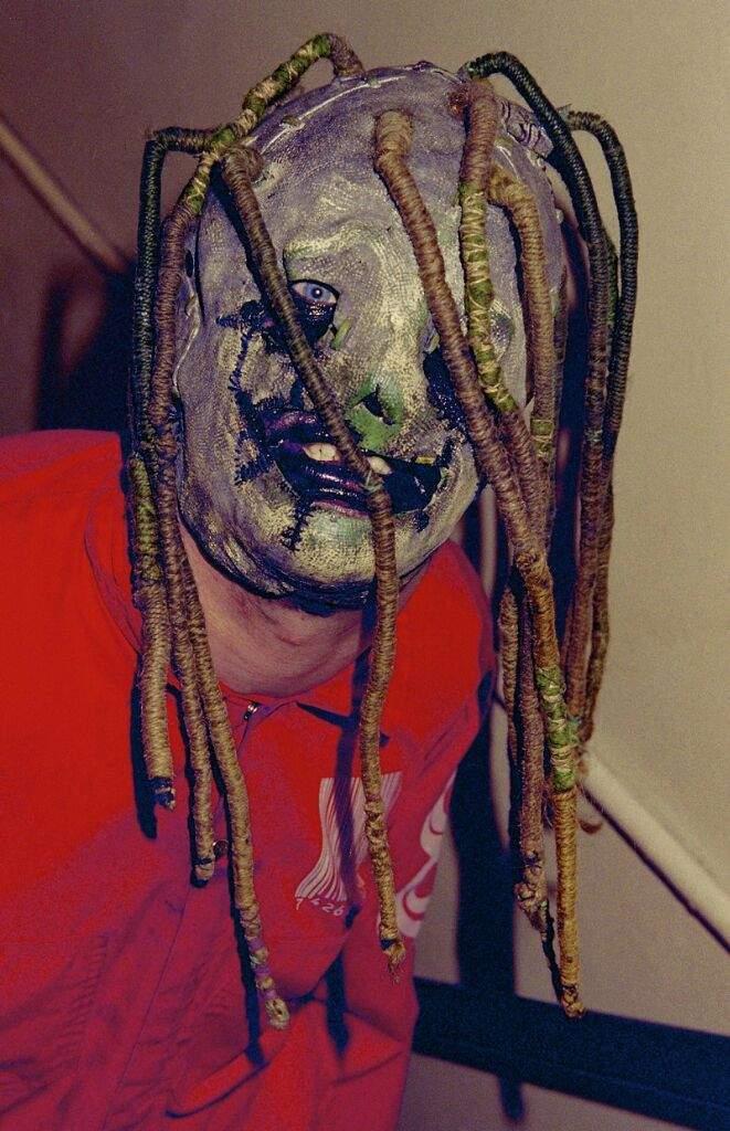 c09e80095 Aquí tenemos la primera mascara de Corey Taylor para el álbum omonimo en  1999