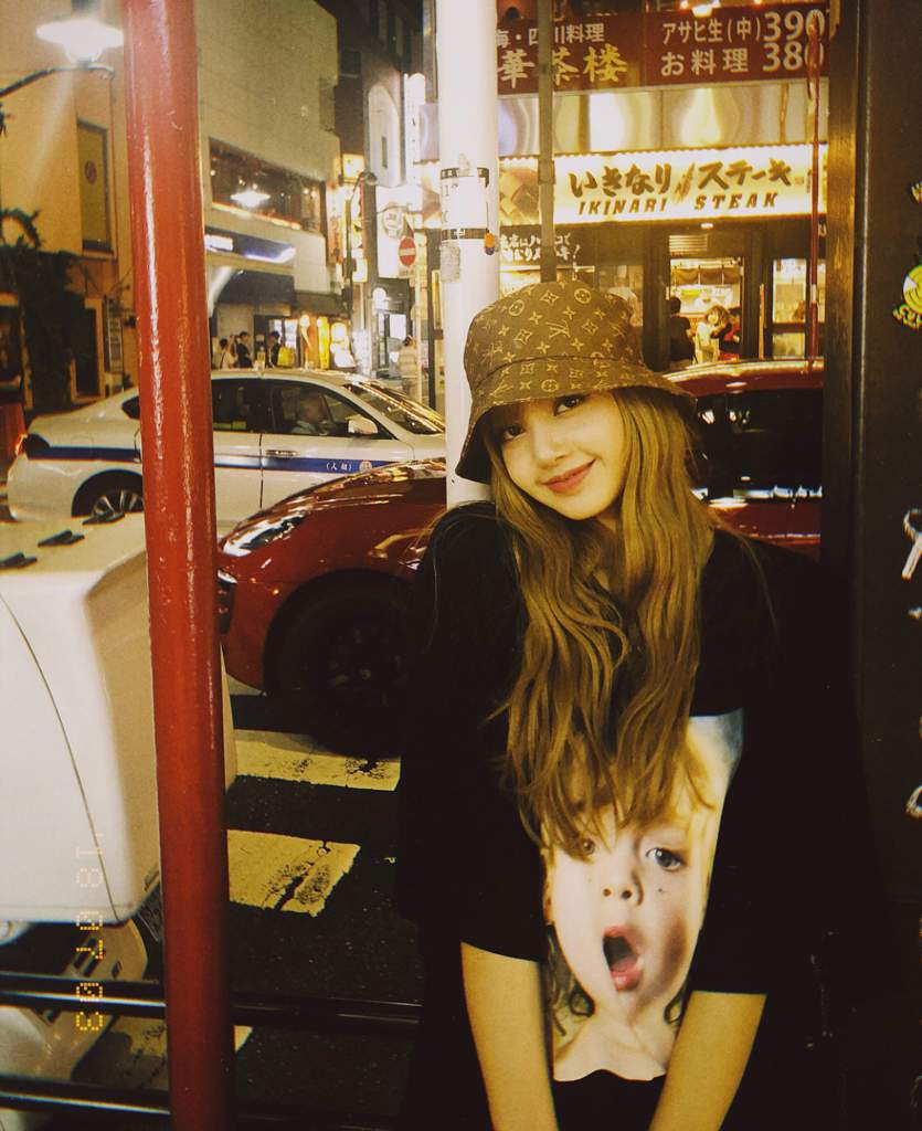 Which Photo Of Lisa Wearing A Bucket Hat Do You Prefer Blink 블링크 Amino