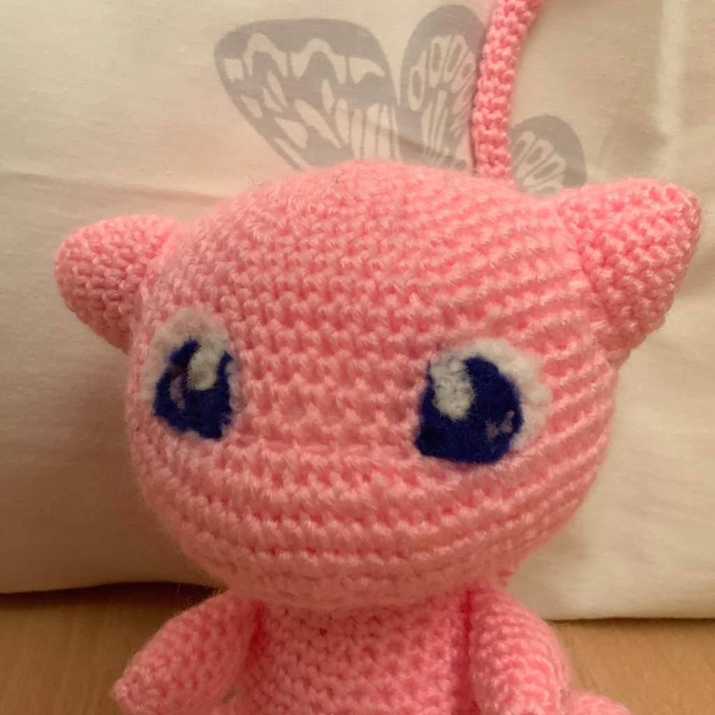 Lindo Mew amigurumi, esperen el patron muy pronto. #Mew #Crochet ... | 1024x1024